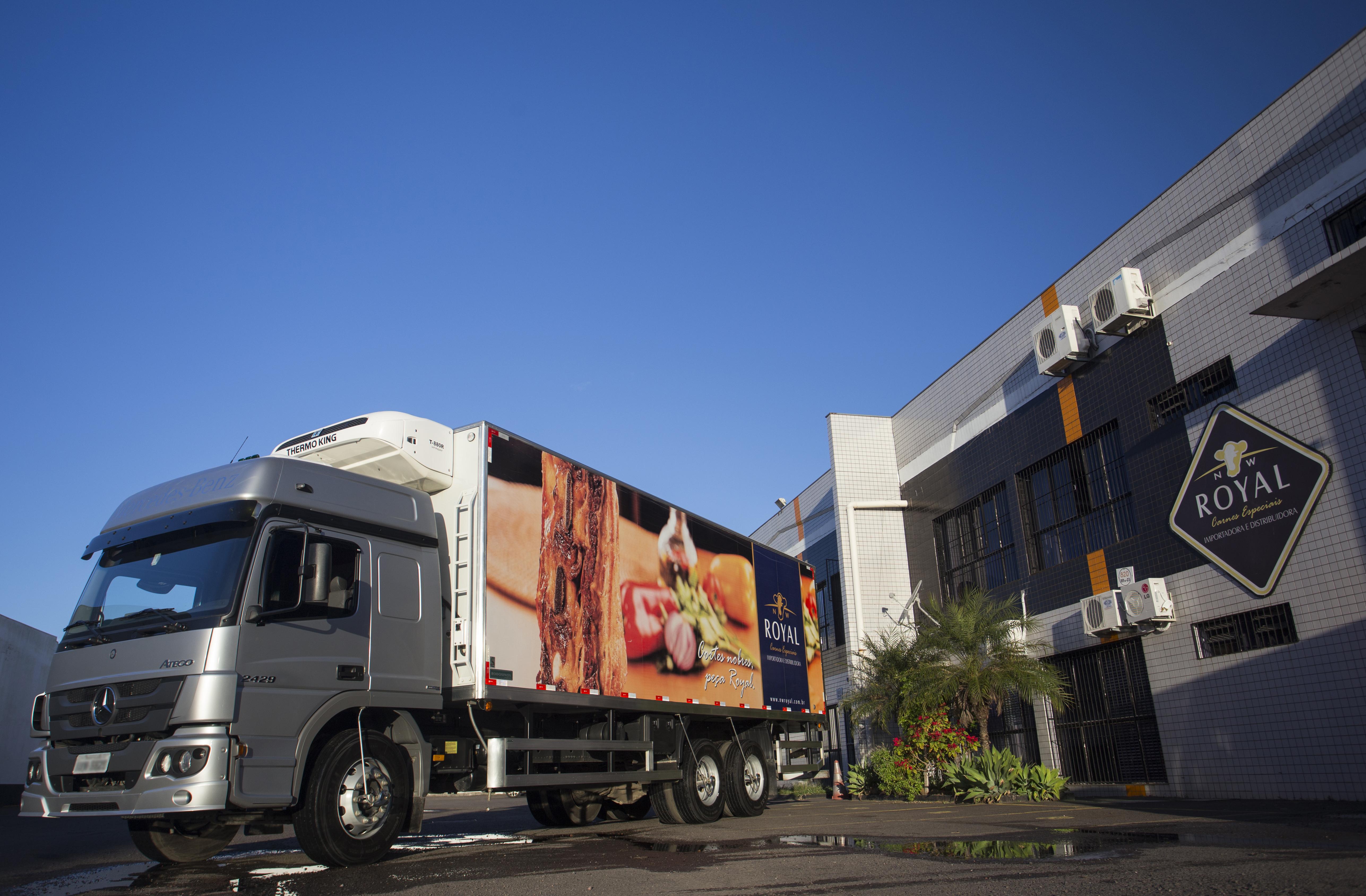 Caminhão da distribuidora NW Royal em frente a empresa.